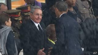أوباما يصافح راؤول كاسترو