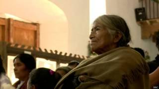 Mulher indígena na Igreja em San Cristóbal de las Casas   Foto: BBC