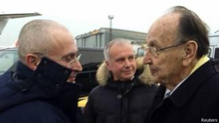 Бывший министр иностранных дел Германии Ганс-Дитрих Геншер встречает Михаила Ходорковского в берлинском аэропорту Шёнефельд