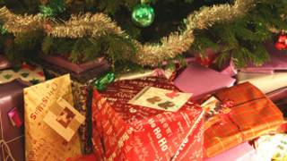 Подарки под новогодней елкой