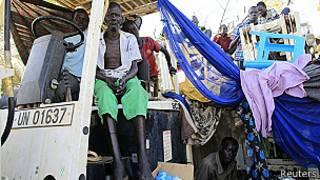 لاجئون يجلسون على سيارة