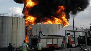 Нефтеперерабатывающий завод в огне
