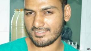 الطبيب البريطاني، عباس خان