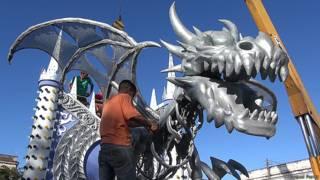 Hombre terminando carro de dragón