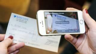 Simulação de desconto virtual de cheque na Grã-Bretanha (foto: BBC)