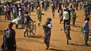 Deslocados internos em base da ONU no Sudão do Sul (foto: Associated Press)