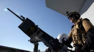 Soldado norueguês que participa da operação de proteção a armamentos químicos sírios