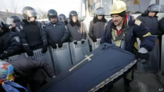 Гроб у резиденции Януковича