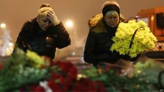 Russas choram e depositam flores em frente à estação de trem de Volgogrado (AP)