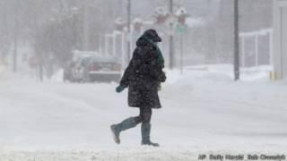 Phụ nữ băng qua đường ở Barrington, bang Illinois