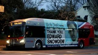 Автобус с плактом в поддержку Сноудена