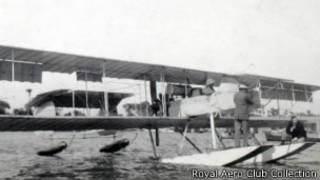 الطائرة راسية فوق الماء
