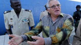 Le ministre sénégalais de la pêche, Haïdar El-Ali, donnant une conférence de presse devant le chalutier russe arraisonné.