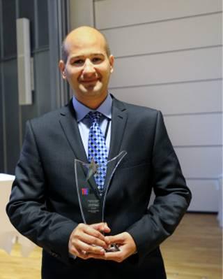 布鲁内尔商学院院长伊拉尼手持奖杯