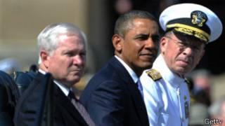 Gates con Obama durante un desfile militar