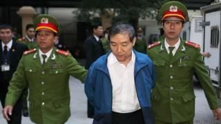 Ông Dương Chí Dũng bị dẫn ra tòa