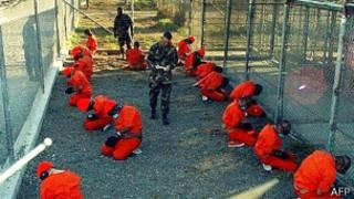 عدد من سجناء غوانتانامو أثناء التفتيش