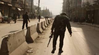 Rebeldes caminham na cidade de Aleppo, no norte da Síria (foto: AFP)