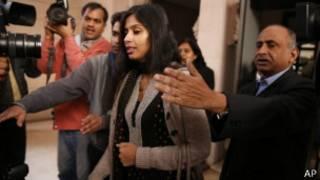 الدبلوماسية الهندية لدى دخولها قصر ضيافة الدولة في دلهي