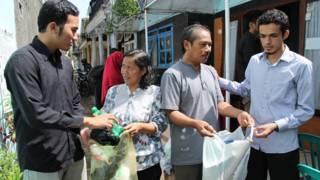warga menyerahkan sampah