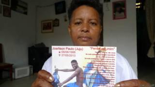 Concita Ferreira mostra foto de seu filho caçula, Joarlison, que foi estrangulado na cadeia. Foto: João Fellet/BBC