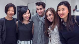 肖朗(右一)的艺触团队与伦敦西区音乐剧演员为英国华人开展音乐剧工作坊