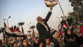 Simpatizantes do general Sisi em manifestação durante referendo no Egito (AFP)