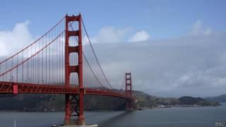 Hombre frente al puente Golden Gate de San Francisco