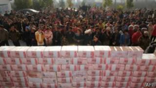 مزارعون صينيون يشيدون جدارا من المال.