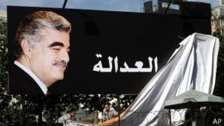"""Постер с изображением Рафика Харири и словом """"справедливость"""" по-арабски"""