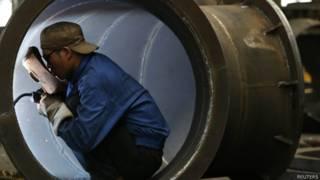 Trabalhador em fábrica chinesa (Reuters)