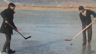 Долон көлүнүн бетиндеги жылгаяк айылдык хоккейчи Замирбек байке үчүн беп-бекер мүмкүнчүлүк.