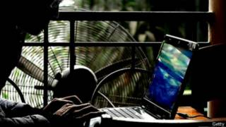 Una persona frente a un computador portátil