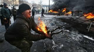 Manifestante usa catapulta em confronto em Kiev (AP)
