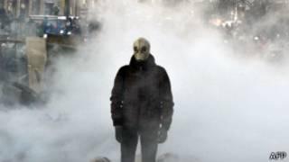 Manifestante portando una máscara antigas en Kiev