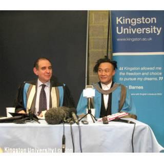 陈奕迅与金斯顿大学校长温伯格在发布会上