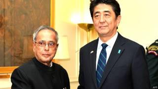 राष्ट्रपति प्रणव मुखर्जी और जापान के प्रधानमंत्री शिंजो एबे