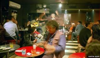 مقهى الفردوس في دمشق حيث يجلس الروائي السوري، خالد خليفة