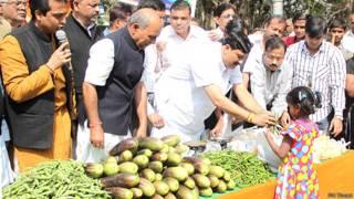 कोलकाता में सब्जी बेचते भाजपा कार्यकर्ता