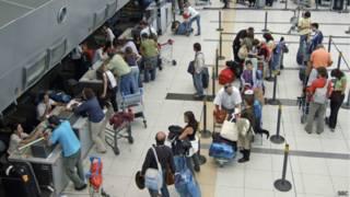 Turistas internacionais no aeroporto de Buenos Aires | Crédito: BBC