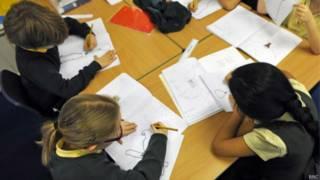 Crianças estudando (BBC)
