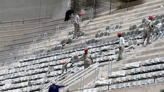Operários ainda instalavam os assentos na arquibancada da Arena da Baixada, em Curitiba, no dia 21 de janeiro (AP)