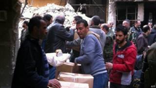 Ajuda humanitária da ONU distribuída em campo de refugiados na Síria, nesta sexta (AFP)