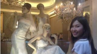آن فونغ أمام محل بيع فساتين زفاف