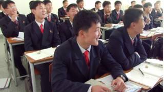 Estudantes têm aula com professores americanos (foto: BBC)
