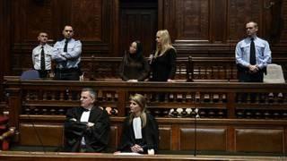 O advogado Jan de Man (na primeira fila, esq.) e a advogada Hilde Beeldens representam Daniela Mancini (centro, acima) no julgamento em Antuerpia  (AFP)