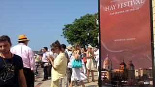 Asistentes al Hay Festival Cartagena frente al teatro Adolfo Mejía.