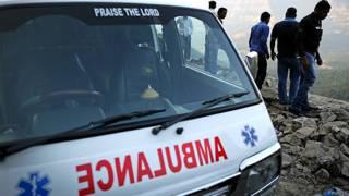 माल्सहेज घाट के पास 2 जनवरी को हुई दुर्घटनास्थल पर खड़ी एक एंबुलेंस