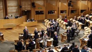Члены парламента Шотландии аплодируют после принятия закона об однополых браках