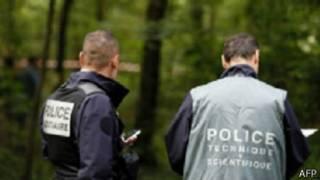 ألقت الشرطة الفرنسية القبض على لص سرق متجر مجوهرات في باريس بالاستعانة بالحمض النووي الذي تركه على وجنة إحدى الرهائن بعد تقبيلها.